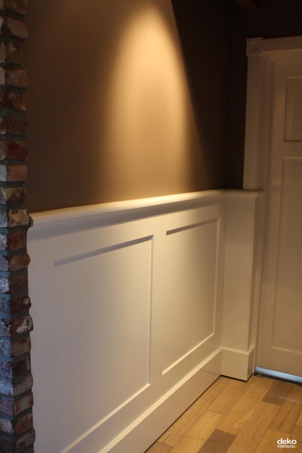 Lambrisering in combinatie met architraven maatwerk interieurbouw van deko for Gang grijs en wit