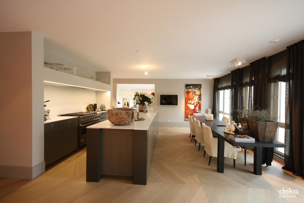 Keuken in luxe appartement maatwerk interieurbouw van deko - Modern deco appartement ...