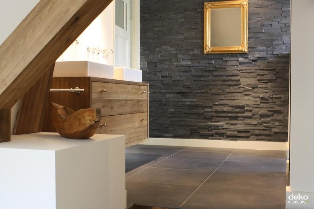 Badkamer in gerenoveerd woonhuis maatwerk interieurbouw van deko - Moderne badkamer betegelde vloer ...