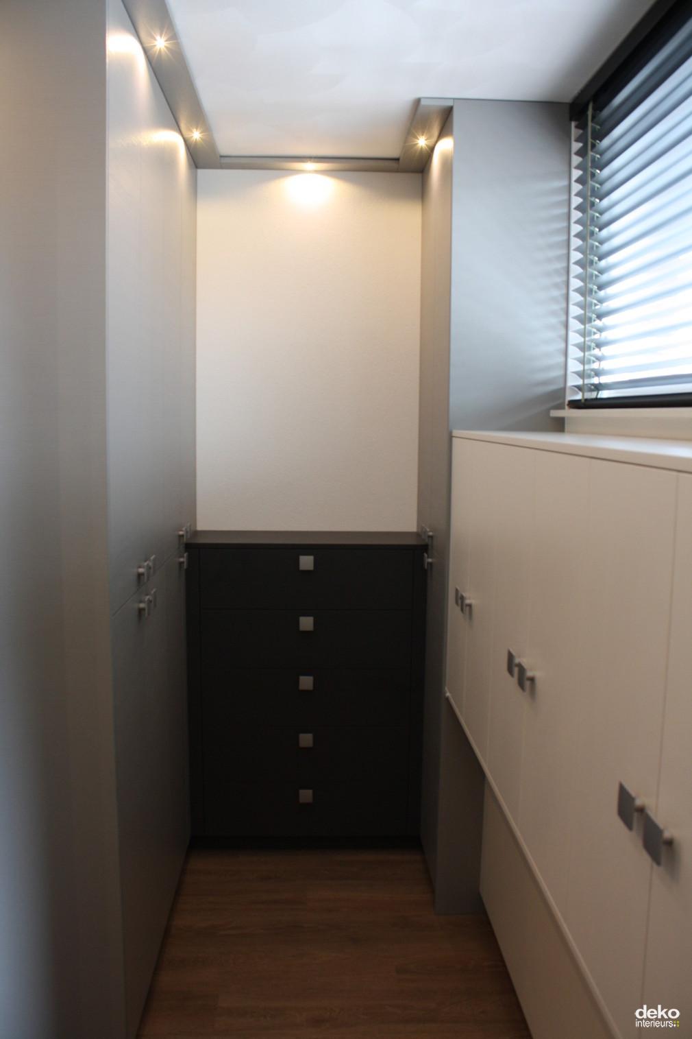 Moderne inloopkast als scheiding maatwerk interieurbouw van deko - Winkel raam keuken ...